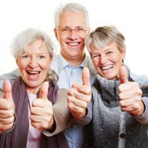 Trois ainés cote à cote mettre leur pouce dans les airs pour démontrer leur joie